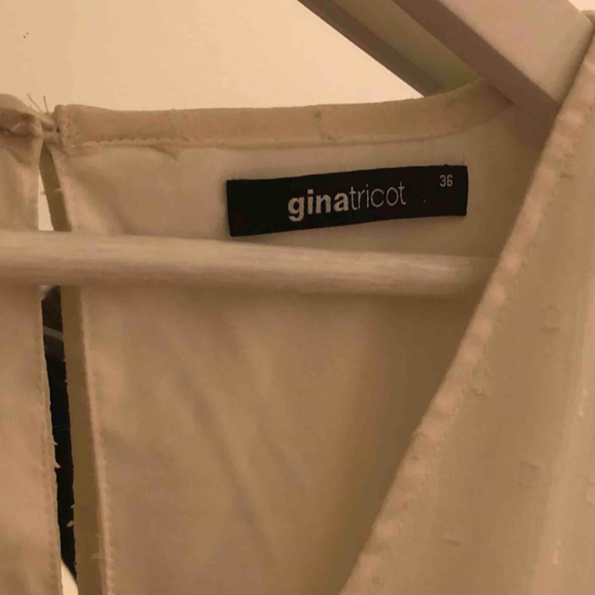 Jättefin vit klänning med volanger. Ärmarna är även mesh med prickar (se bild 2). Det är dessutom vringning som är jättefin. Säljes på grund av att den är för liten.. Klänningar.