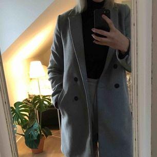 Säljer min sparsamt använda kappa från Zara, i mycket gott skick. Är själv 174 lång och kappan är bara aningen för liten för mig. Köpare står för frakt.