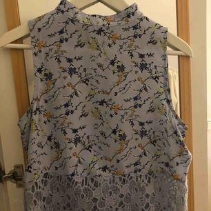 Blå blommig turtleneck från Bikbok. Tyget är lite svalare och halva tröjan är i virkad spets. Tröjan är tyvärr för liten för mig.