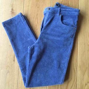 Manchester jeans från bikbok endast använda en gång. Dem har en blå/lila färg och är i väldigt bra skick! Möts upp i Stockholm annars står köparen för frakten💓
