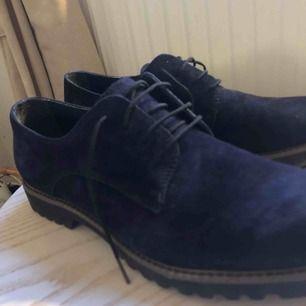 Mörkblåa Tamaris skor i mocka. Fina kostymskor som är använda endast ett par gånger. Köpta för runt 800/900 kr