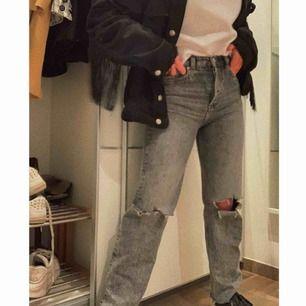 Skitsnygga raka jeans från & other stories som jag har klippt hål i knäna på, köpte för ca 2 veckor sen för 700 kr men säljer nu för 500(frakt ingår)🥰   Jag är ca 160cm