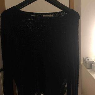 Mörkblå stickad tröja som har varit en favorit länge. Stickningen är inte så tät så tröjan kan vara lite genomskinlig. Brukar därför ha någon bralett under, vilket blir jättesnyggt.