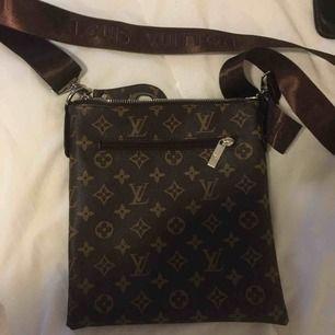 """""""Louis Vuitton"""" väska i nyskick."""