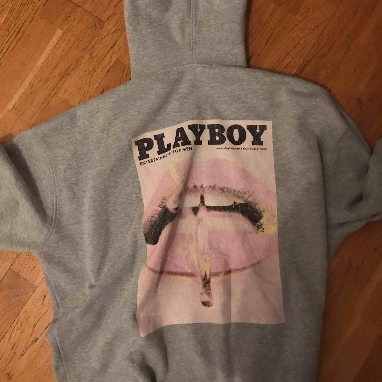 Playboy hoodie, köpt här på plick men var lite stor för mig då jag är väldigt liten. Frakt tillkommer ✨. Huvtröjor & Träningströjor.