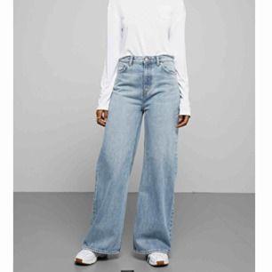 Säljer motvilligt mina Ace jeans från Weekday då dem har blivit för små. Bredden är 24 och längden 32. Jag är 170 och tycker dem är perfekta i längd. Färgen är san fran blue. Skickar gärna fler bilder!