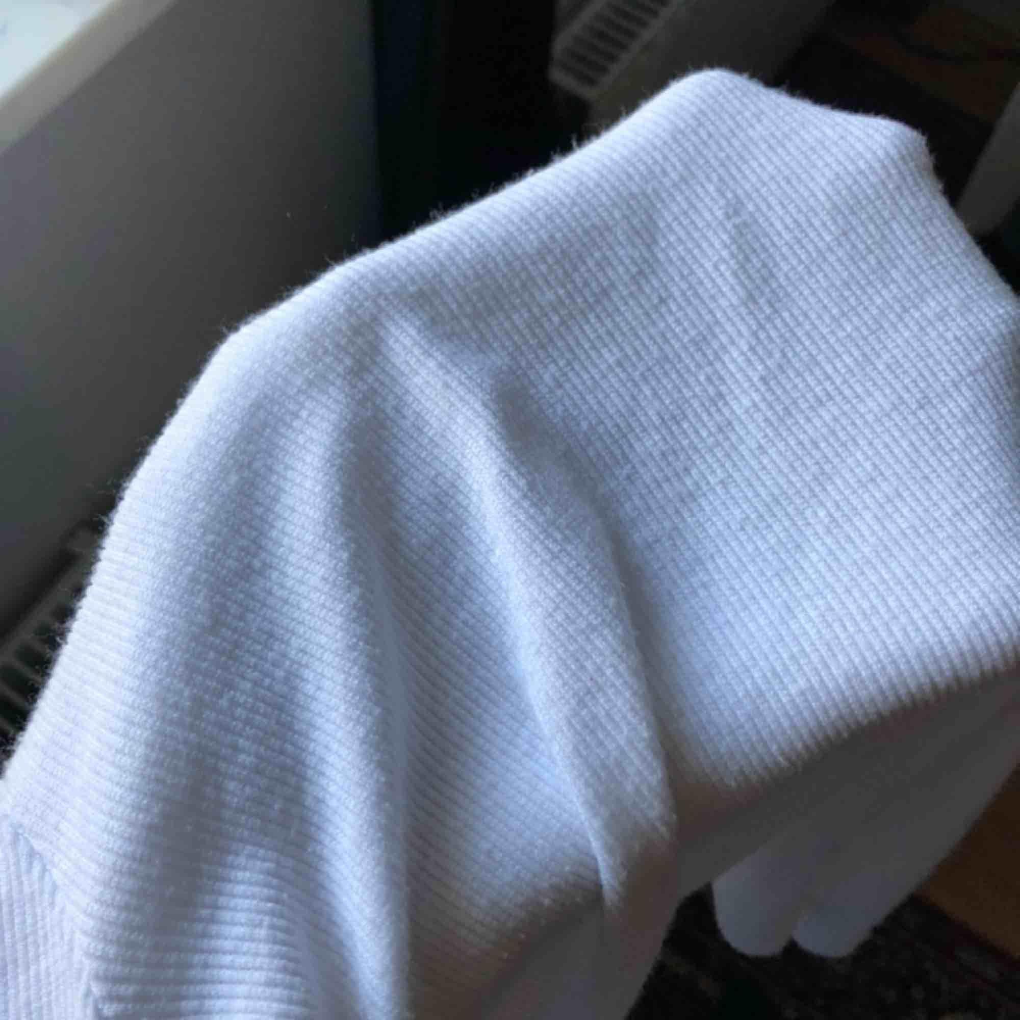 vit, ribbad halvpolo från asos! inte nopprig men sista bilden visar hur tyget är🦋. Toppar.