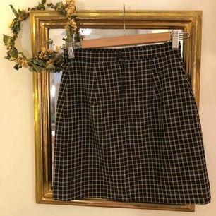 Rutig kort tight kjol. Jag har oftast 36 i kjolar så denna är för liten för mig. Från oklart märke, står ingen storlek ihäller. Skickar gärna fler bilder! 15 kr frakt.
