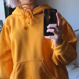 gul hoodie från weekday! lite nopprig men inget som man tänker på🌞