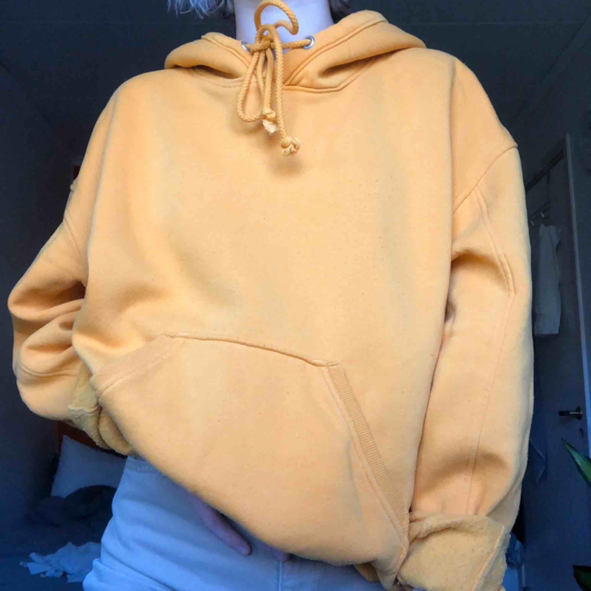 gul hoodie från weekday! lite nopprig men inget som man tänker på🌞. Huvtröjor & Träningströjor.