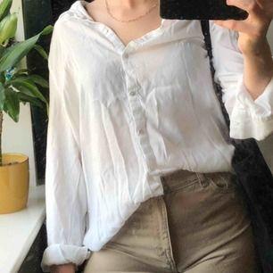 vit skjorta! står ej storlek men jag är vanligtvis en S🍻