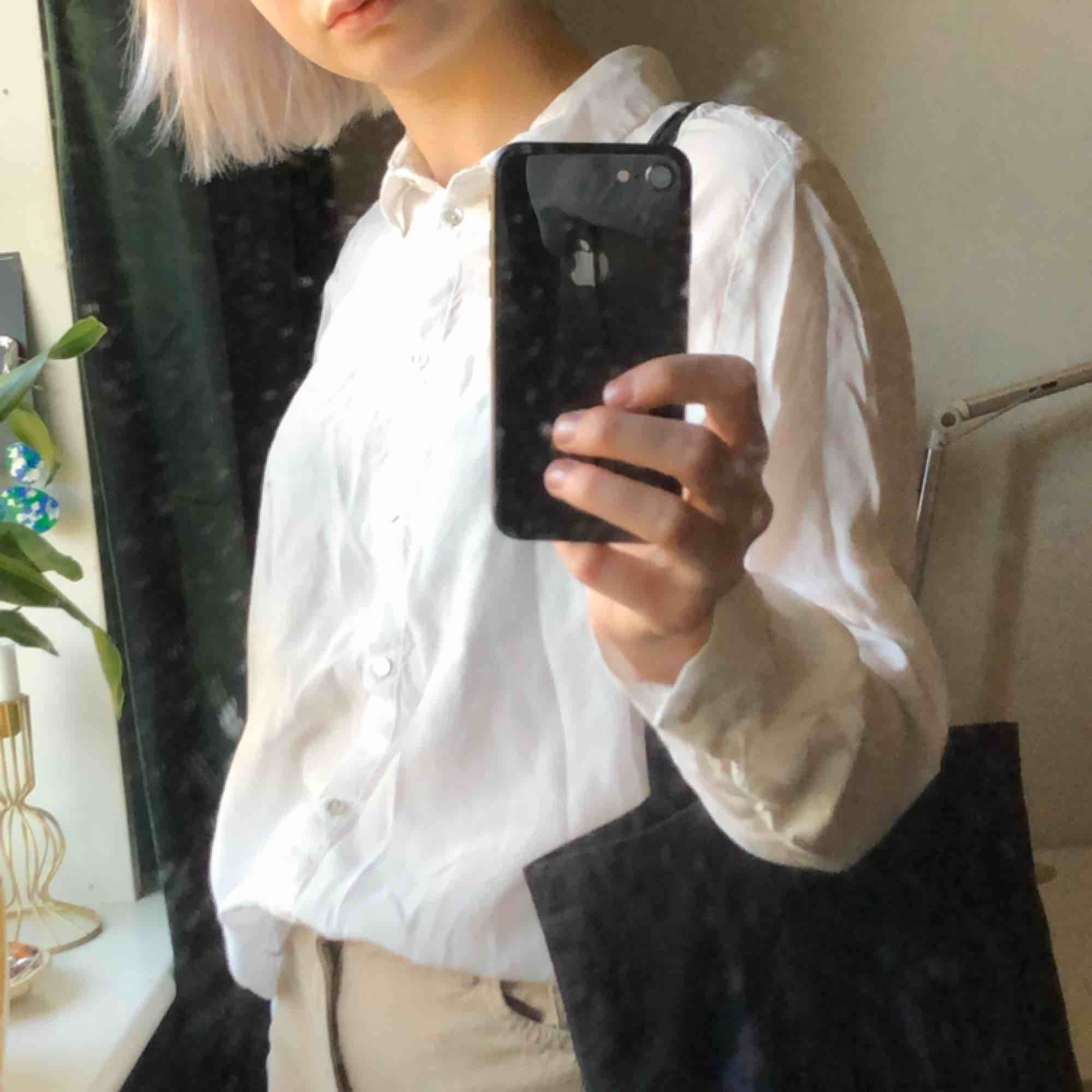 vit skjorta! står ej storlek men jag är vanligtvis en S🍻. Skjortor.