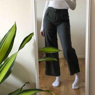 rutiga, lite tjockare, kostymbyxor från monki! tredje bilden visar två små färgfläckar på ena benet, vet ej om dom går att få bort🥺💞 jag är 167cm