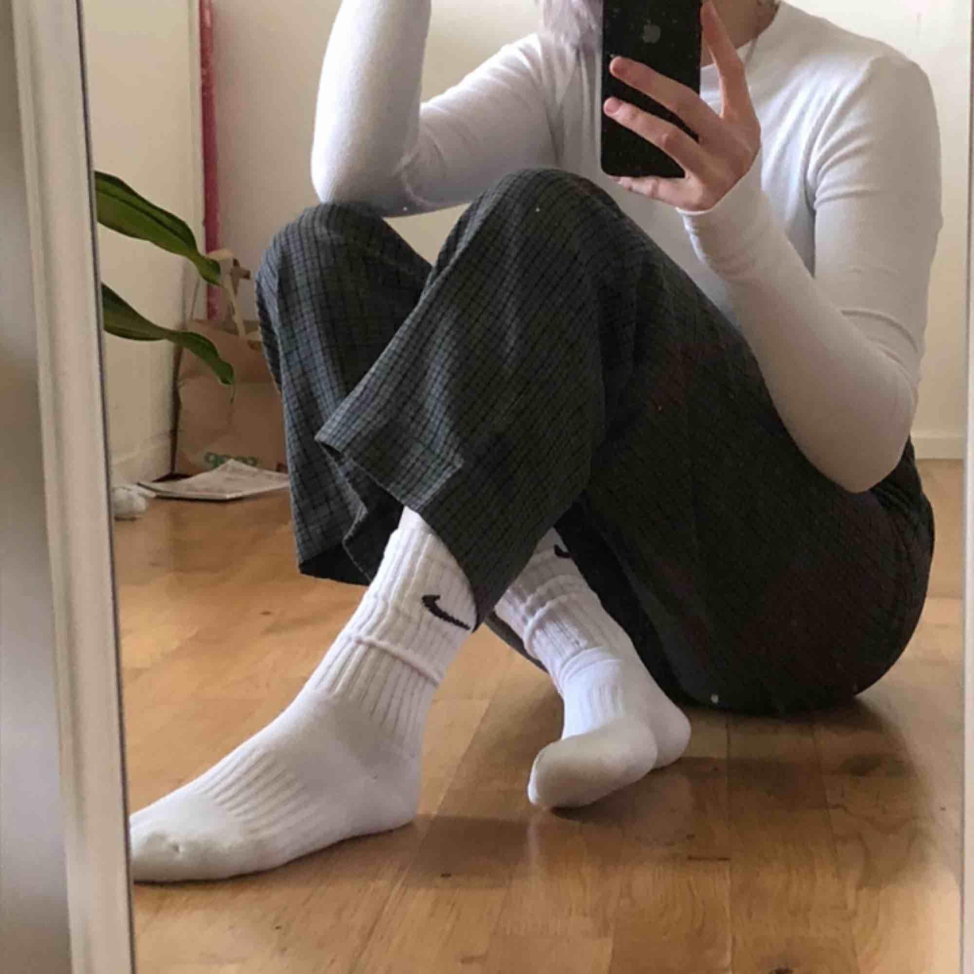 rutiga, lite tjockare, kostymbyxor från monki! tredje bilden visar två små färgfläckar på ena benet, vet ej om dom går att få bort🥺💞 jag är 167cm. Jeans & Byxor.