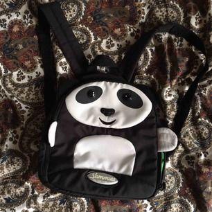 Söt ryggsäck med grönt foder på insidan. På utsidan ser den ut som en panda. Knappt använd och i gott skick! Vid frakt står köparen för kostnaden. 🌻