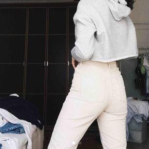 Beiga manchesterbyxor i mom modell från Urban Outfitters. Står 24/32 på lappen men skulle vilja säga att dem är 30 i längden. Dem ser stora ut på bilden men dem sitter absolut som en 24. Frakt 50 kr