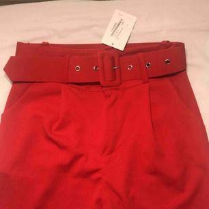 Ett par snygga röd byxor från boohoo. Köpte dom här på plick från en som aldrig använt dom och jag har inte heller använt dom. Lapparna är kvar så i nytt skick. Säljer dom för 100kr men pris kan diskuteras.