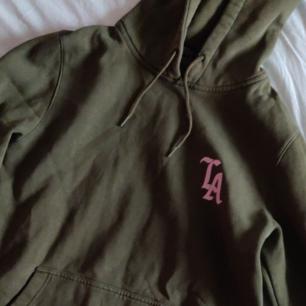 Assnygg grön hoodie från märket Mister Tee💚 strlk m. Priset är utan frakt
