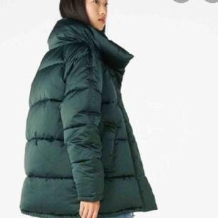 En puffer jacket från monki, en fin smaragd grön färg stl S/M 🦋❤️ Oversized!! Kan mötas i göteborg.