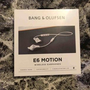 Säljer ett par helt nya B&O Beoplay E6 Motion trådlösa in ear-hörlurar (sand). Trådlösa hörlurar. Nypris är 2999kr.  Inkluderat i förpackningen: - Beoplay E6 Motion - Laddare - 2x kabelklipp - 4x öronfenor i silikon (4 storlekar) - Comply öronsnäckor