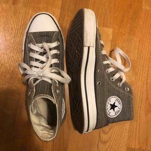 Säljer ett par converse likande grå rutiga sneakers. Strl är 37 men funkar på mig som oftast har 38! Super sköna sitter som vanliga converse och ser likadana ut förutom där converse märket ska vara. Köpta på secondhand. Använda ca 2 gånger.