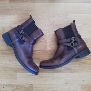 Mörkbruna vintage jodhpurs/boots, äkta läder i stl 38. Blivit klackade och sulade förra vintern hos skomakare med Vibram-sula, sparsamt använda sen dess. Frakt 63 kr.