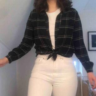 Supersnygg rutig skjorta från hm. Väldigt mångsidig då den är en basic alla tjejer bör ha i garderoben! Passar 34-38😇🤩