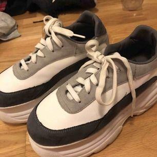 skitcoola skor! endast använda 3-5 gånger därav kvaliten i nyskick. köpta från 699kr på nakd! BEHÖVER HA SÅLT, BUDA GÄRNA!
