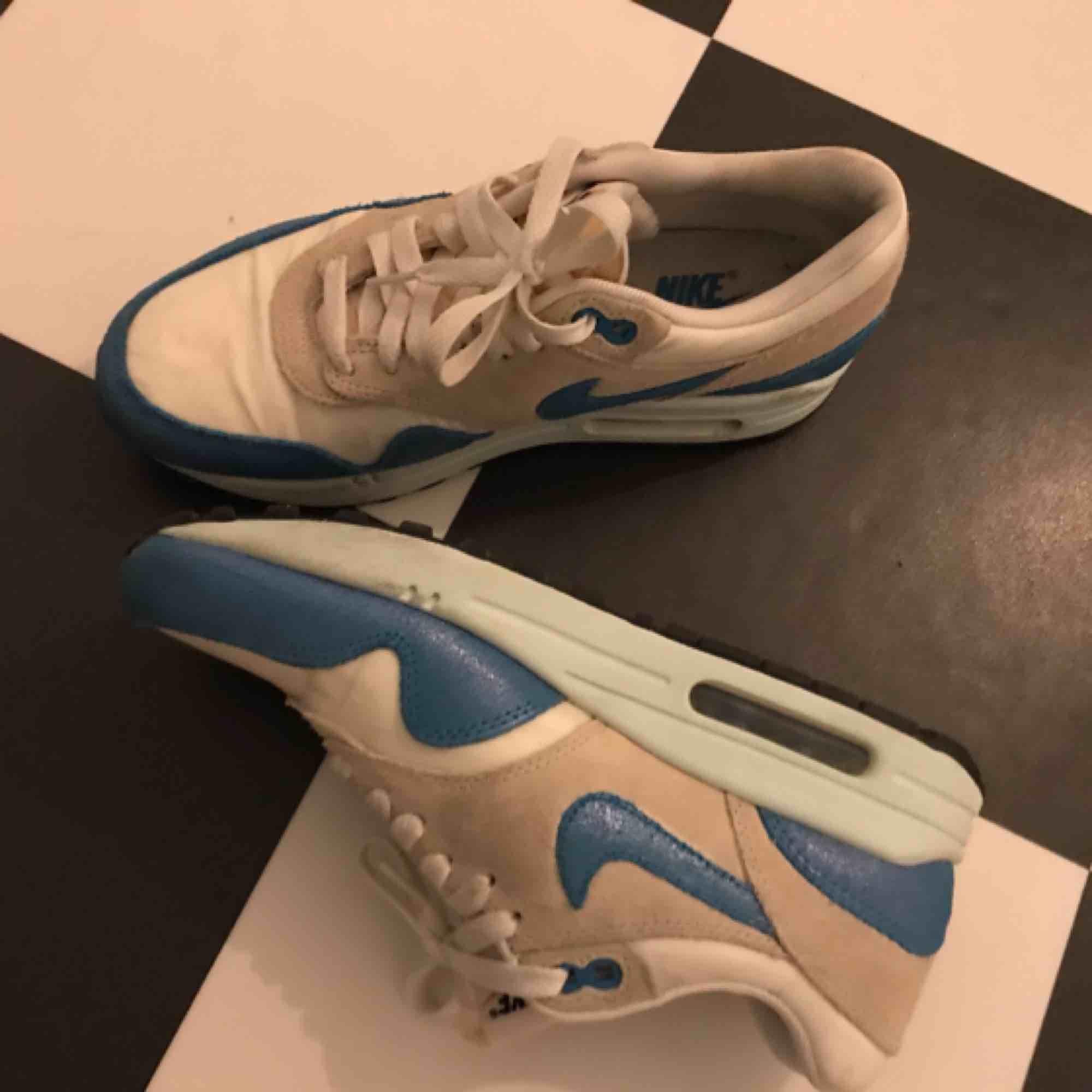 Typ oanvända sneakers från Nike. Köparen betalar eventuell frakt.. Skor.