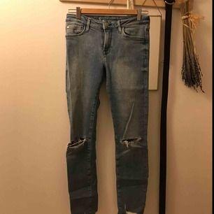 Stretchiga jeans med slitningar. Ord. pris 499kr. köparen betalar frakt om du inte kan mötas upp.