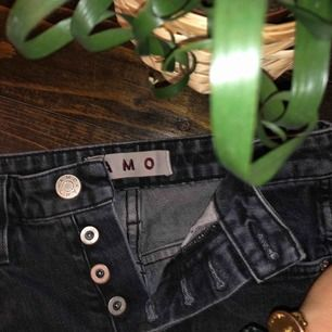 Skit snygga svarta jeans från AMO med slitningar på botten och flera knappar. 🤜🏽🤛🏽