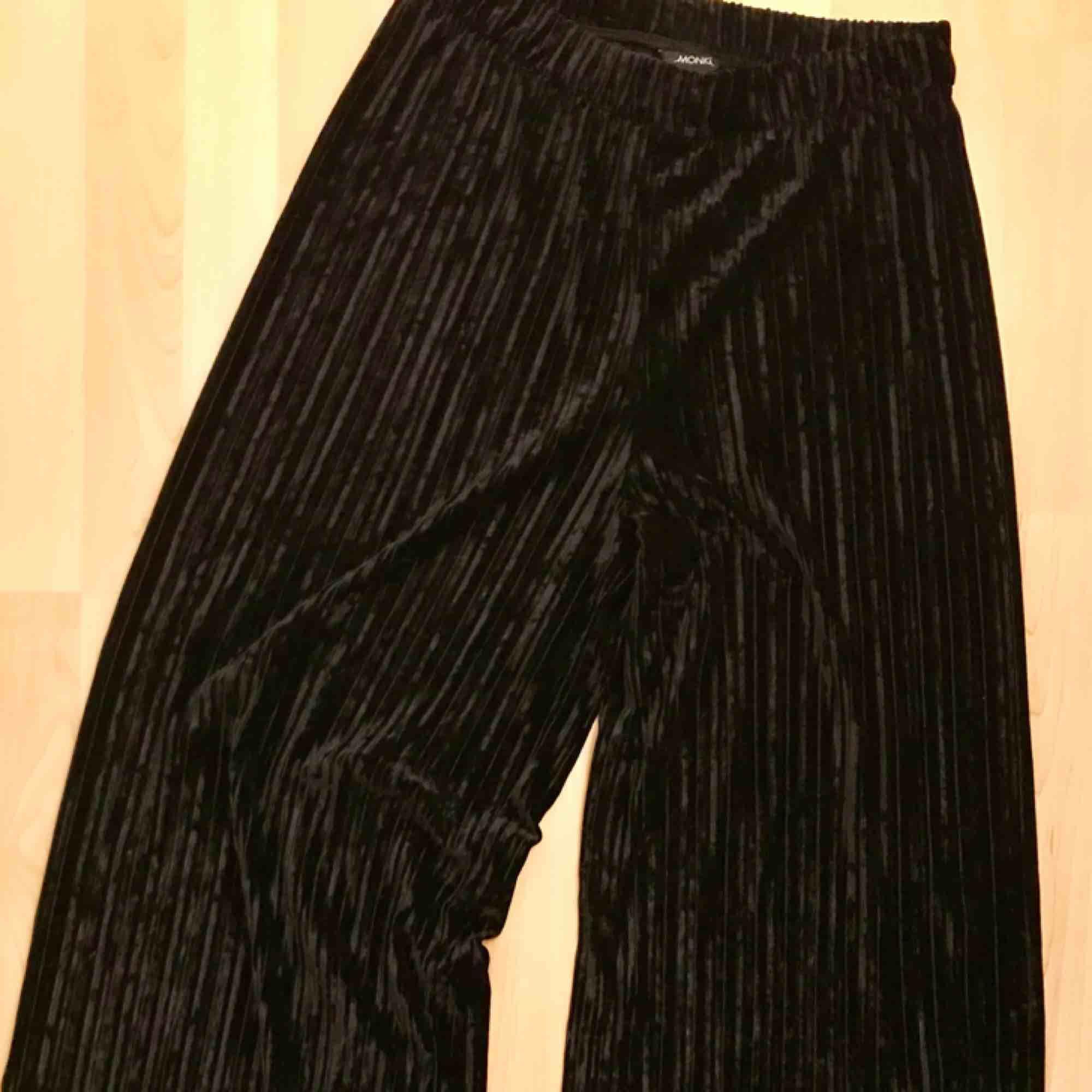 Långa, vida byxor i sammet. Knappt använda. Köparen betalar frakt om du inte kan mötas upp.. Jeans & Byxor.