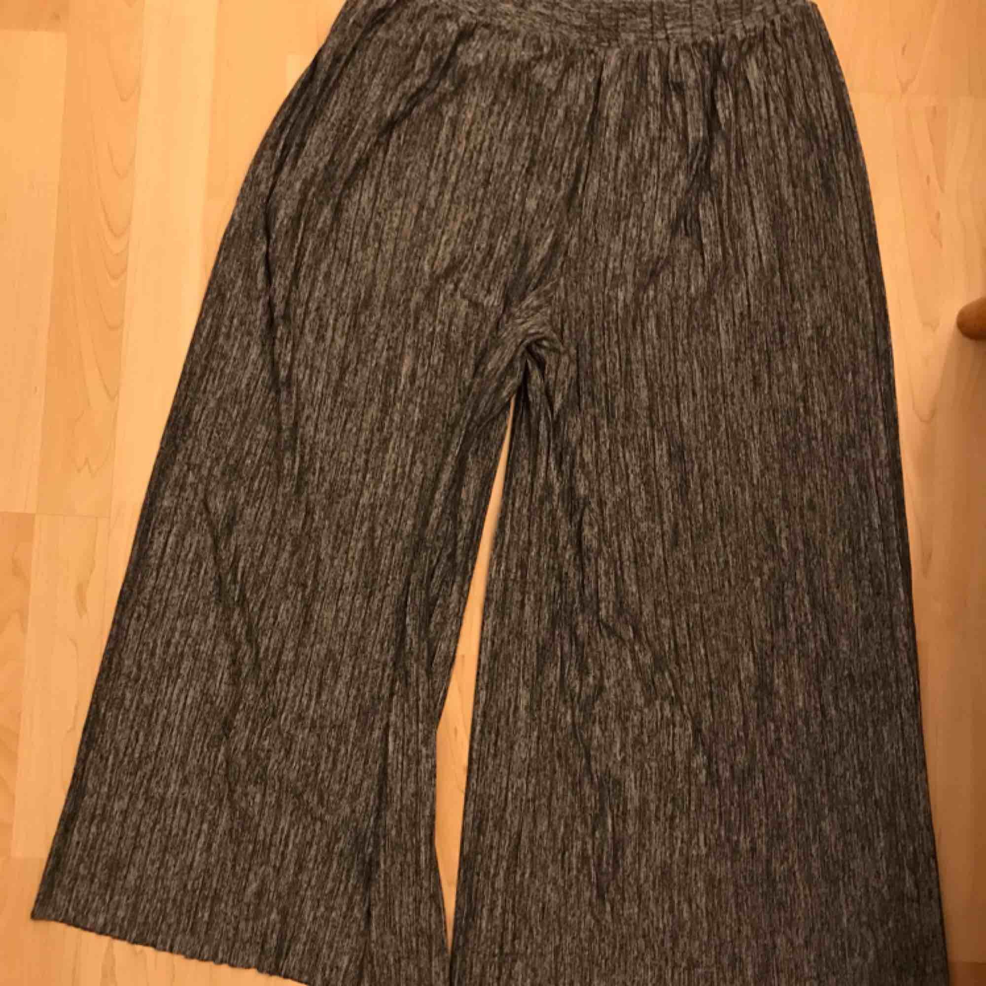 Vida, croppade och plisserade byxor. Gråmelerade. Köparen betalar eventuell frakt.. Jeans & Byxor.