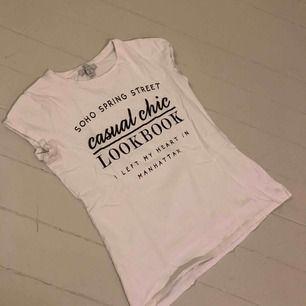 En vit T-shirt med text i strl S från Amisu.