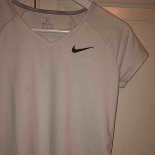 Fin Nike träningströja i bra skick! Använd ca 5 ggr💞Kan mötas upp men annars tillkommer frakt