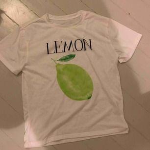 En jätteskön tröja med en citron på. Inte använd många ggr