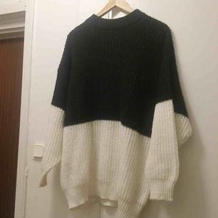 Stickad tröja i fint skick.storlek XS men stor i storleken så mer som en M.