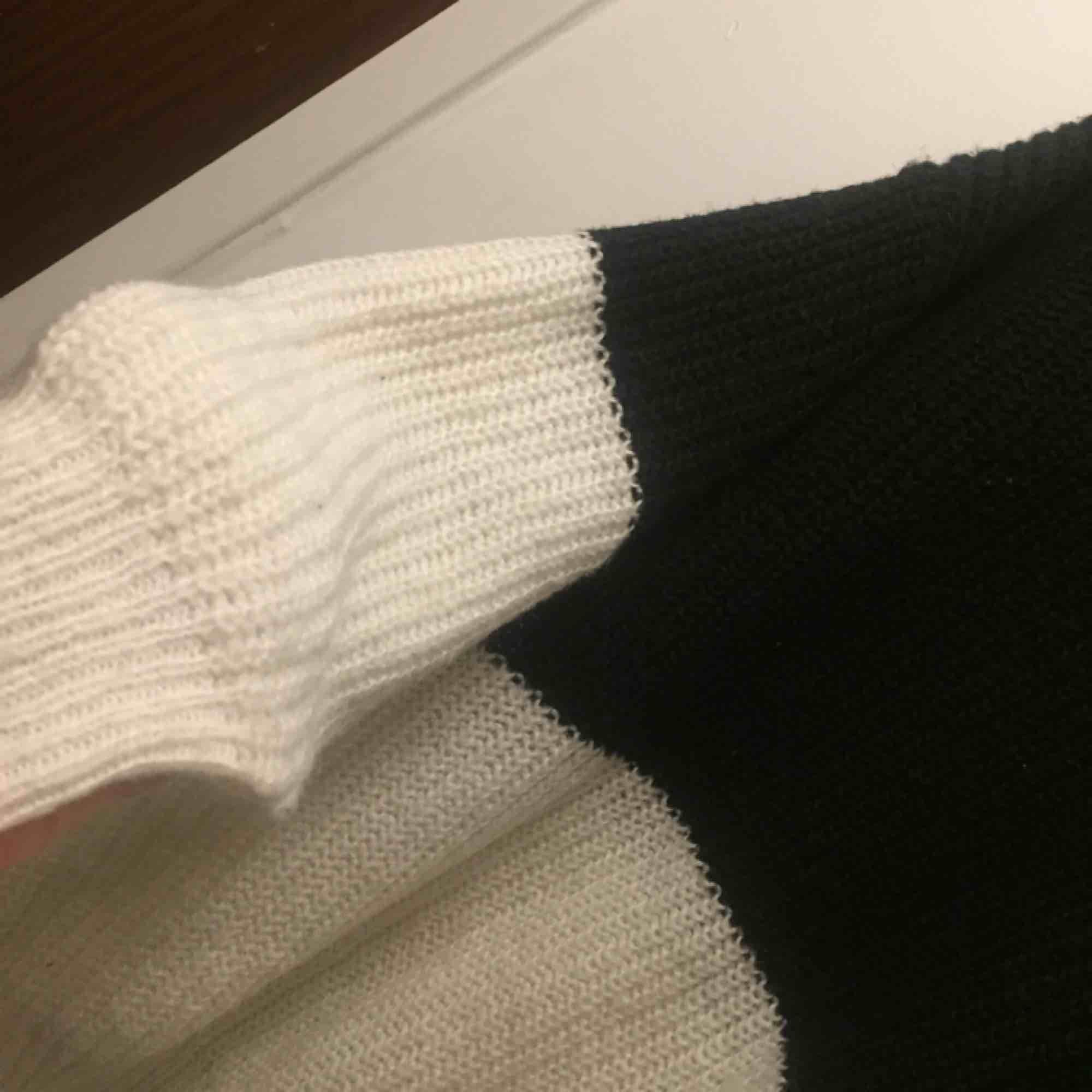 Stickad tröja i fint skick.storlek XS men stor i storleken så mer som en M. . Stickat.