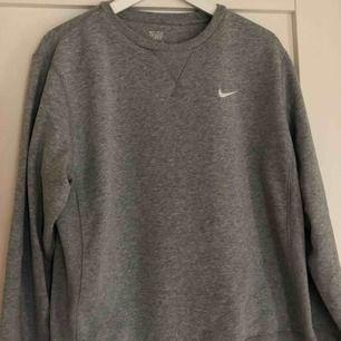 Grå sweatshirt från Nike. Super fint skick.  Stl. M. Köparen står för frakt