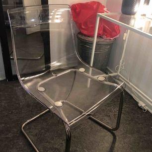 Säljer nu 3st tobias stolar från ikea  Nypris 695kr för 1 och jag säljer alla 3 för 1300kr alltså sparar man 785kr Alla är i fint skick förutom lite små repor på någon utav dom men som knappt syns pga att dom är genomskinliga