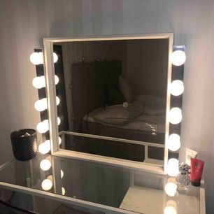 2sminklampor från ikea säljes, bra skick och alla lampor fungerar  Nypris för båda 999kr på Ikea