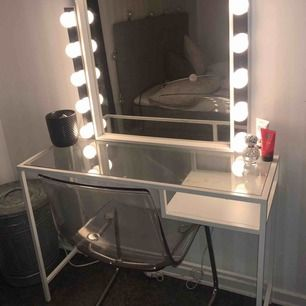 Fint smink/skriv bord säljes pga flytt  Nypris på Ikea 500kr  Stolen, spegeln och sminklamporna är även till salu