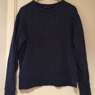 Mörkblå Acne Studios tröja i storlek M i bra skick! Nypris: 2200 kr