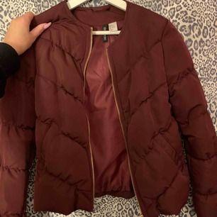Snygg vinröd jacka som aldrig är använd så ser ny ut, skitsnygg med en hoodie!