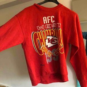 Röd sweatshirt second hand aldrig använd