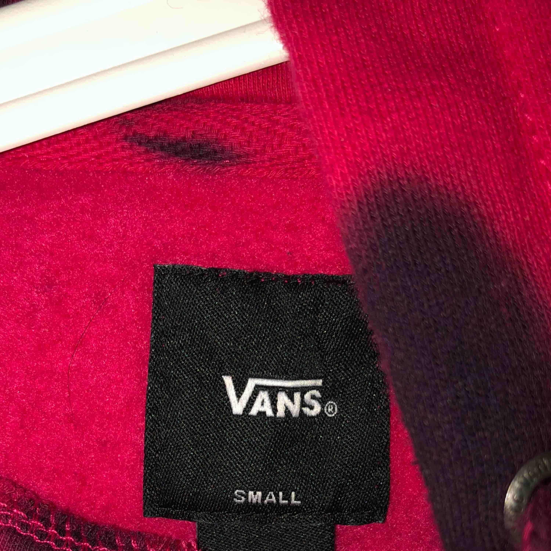 En tie dyed hoodie från vans, använd fåtal gånger då den är för liten för min smak. Storlek S rosa och svart!🤩. Huvtröjor & Träningströjor.