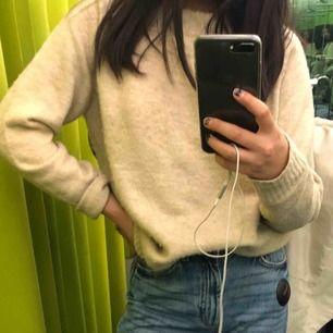 Beige stickad tröja jättemysig lite oversized, väldigt skön!