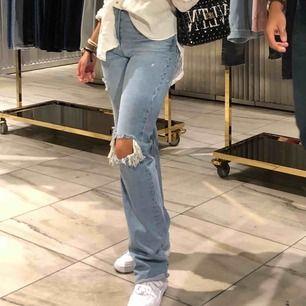 Raka supersnygga blåa jeans från zara med hål på knäna i storlek 36! Kommer tyvärr inte till användning längre ;(