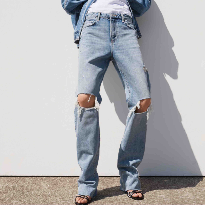 Raka supersnygga blåa jeans från zara med hål på knäna i storlek 36! Kommer tyvärr inte till användning längre ;(. Jeans & Byxor.