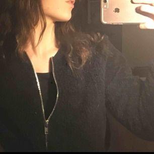 Ish en teddy sweater med dragkedja från Gina Tricot. Väldigt varm och mysig. Säler pga använder inte längre. Möts upp i Gävle eller fraktar men står inte för frakt
